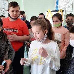 """Бинарен урок в девети клас СУ """"Свети Климент Охридски"""", по-малките с """"хвърлена ръкавица"""" с гатанки"""