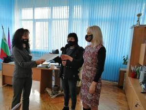 """Връчиха допълнителните споразумения за увеличение на заплатите в ОУ """"Христо Никифоров"""""""