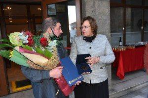 Кметът Корнелия Маринова поздрави проф. д-р Владимир Аврамов за юбилейната му изложба във Велико Търново