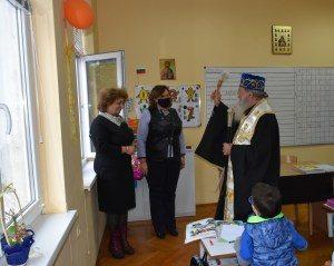 """Кметът посети ЧНУ """"Св. Седмочисленици"""" по повод поръсване на класните стаи и учениците с осветената вчера богоявленска вода"""