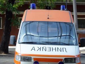 Млад шофьор на мокър път се е ударил в крайпътно дърво. Пострадала е пътничка в автомобила му