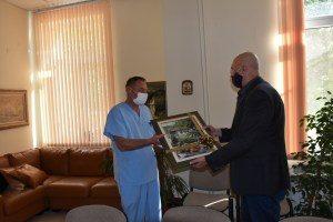 Отличеният по-рано д-р Върбан Стоянов получи наградата си днес в Община Ловеч