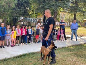 """Полицаи от РУ Ловеч гостуваха на малчуганите от ДГ """"Снежанка"""""""