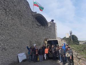 Служители на Община Ловеч и клиенти и персонал от две социални услуги за хора с психични заболявания в град Ловеч почистваха крепостта
