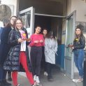 """Учениците от ПЕГ """"Екзарх Йосиф І""""в Ловеч отбелязаха Световния ден на прегръдката"""