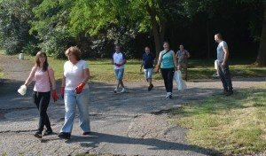 """Цялата общинска администрация в Ловеч се включи в почистване на градския парк """"Стратеш"""""""