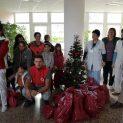 Mладите доброволци на БЧК зарадваха децата в болници в Ловеч и Троян с подаръци за Коледа