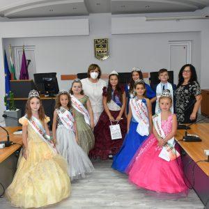 Кметът на Ловеч се срещна с ловешките участници в Малка Мис и Мистър България